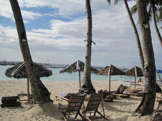 Blue Mango Inn: beach out front