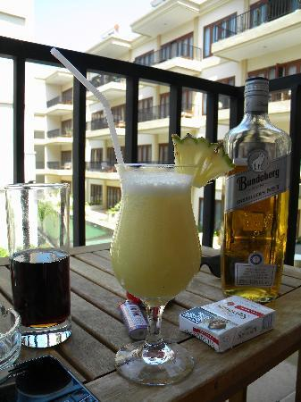 Kuta Townhouse Apartments: Drinks on the balcony