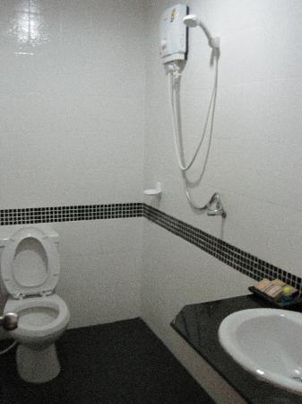 Patong Bay Guesthouse: bathroom