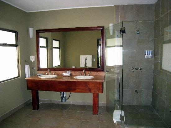 Sugar Beach Hotel: Bathroom in the Honeymoon Suite