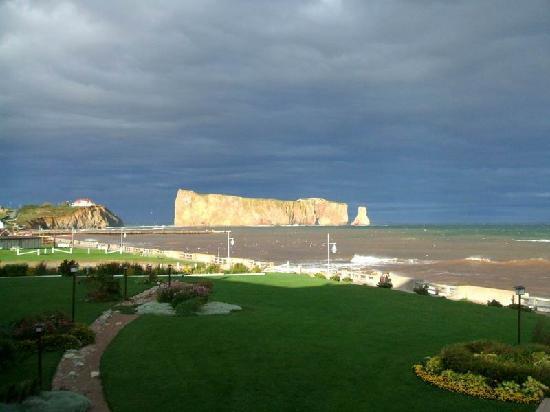 Perce, Kanada: Fin de journée pluvieuse avec quelques rayons de soleil sur le Rocher avant le coucher
