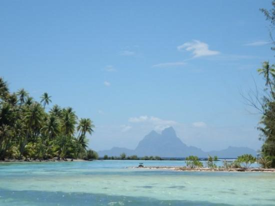 Tahaa, Fransız Polinezyası: View of Bora Bora from Mata's house!
