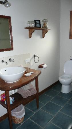 Castaways Apollo Bay : castaway bathroom