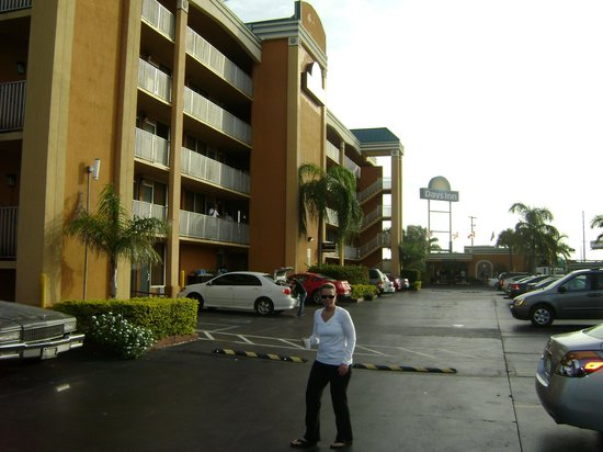 Days Inn Fort Lauderdale-Oakland Park Airport North:                   hotel parking lot