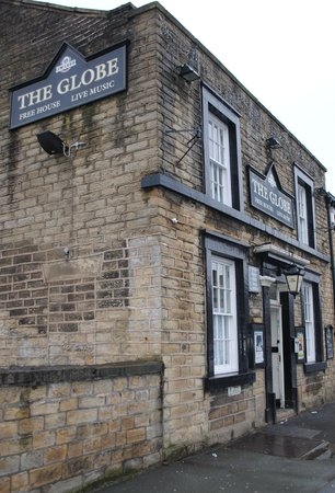 Glossop, UK: front of the Globe, wait until you get inside