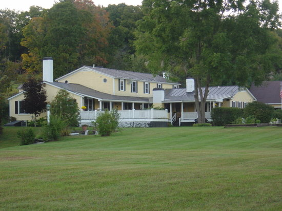 Inn at Clearwater Pond: Lush and scenic backyard