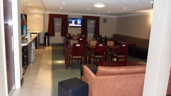 Holiday Inn Express Glenrothes: Lounge / Breakfast area