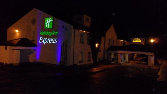 Holiday Inn Express Glenrothes: Side view of hotel and entrance at night