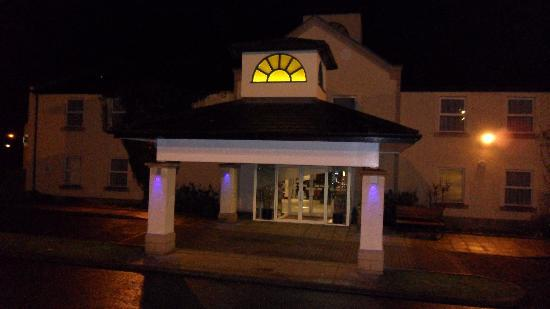 Holiday Inn Express Glenrothes: Entrance of hotel at night