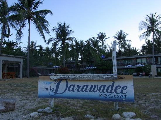 Lanta Darawadee Hotel : ビーチからホテルを