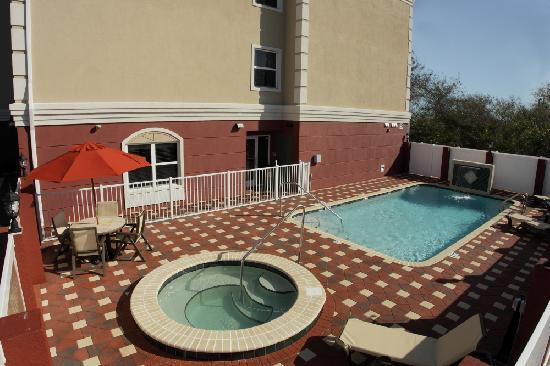 Country Inn & Suites By Carlson, Tampa Airport North: Unwind in our pool