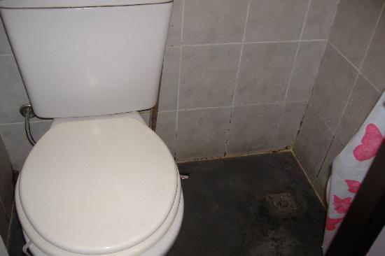 Palermo Soho Hostel: sistemazione anti igienica in bagno 2