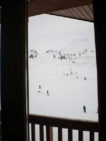 Macot-la-Plagne, France: From the lounge you could throw the remote control and get it on the piste (but don't)