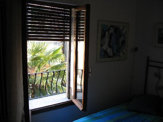 Casa di Sara B&B: Window Facing Courtyard