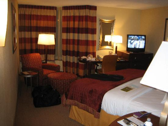 DoubleTree by Hilton Hotel Johnson City: Comfortable bed to flop to watch some basketball