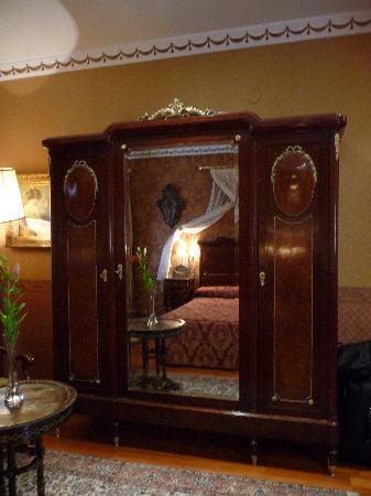 Hotel La Llave de la Jurderia: Wardrobe