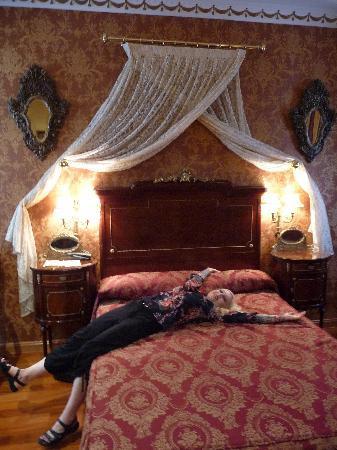 Hotel La Llave de la Jurderia: The bed