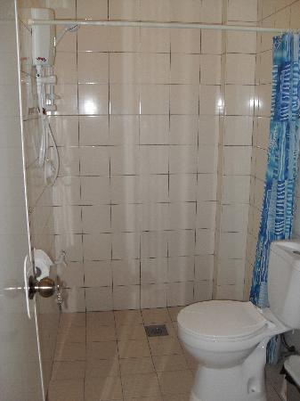 Alona Studios Hotel: Clean, modern bathroom.