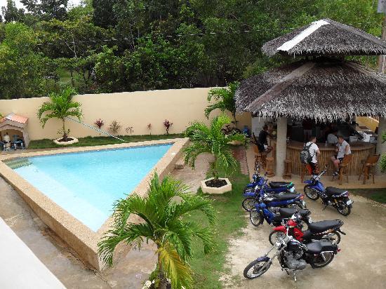 Alona Studios Hotel: Swimming pool, bar & bikes for rent.