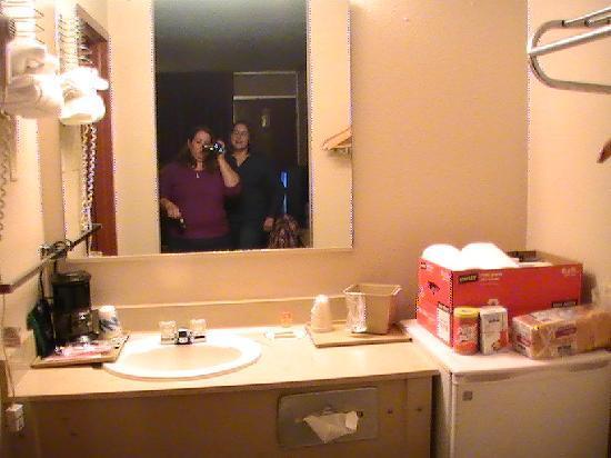 Days Inn Arkadelphia : picture of the fridge and sink at the bathroom area