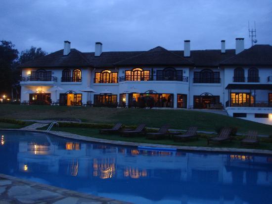 Fairmont Mount Kenya Safari Club: Night view of hotel