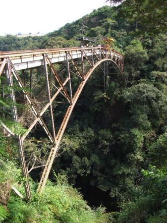 سان خوسيه, كوستاريكا: Esta era la tarea, 80 metros de profundidad, la caída de 65 metros a 45 - 50 Km/h con viento de