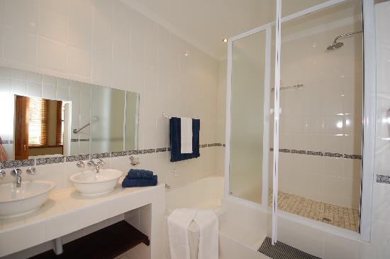 Karibu House : One of our ensuite bathrooms