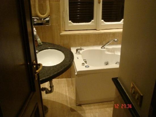 Hotel Alpi: cuarto de baño