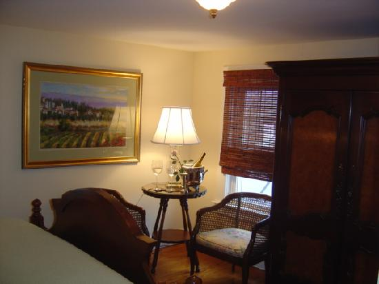 Inn at Clearwater Pond: Peaceful colors of blue and green await our guests in the lovely Kassidy Violet Room