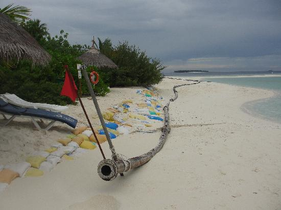 Sun Aqua Vilu Reef : The Sandbags and pipes