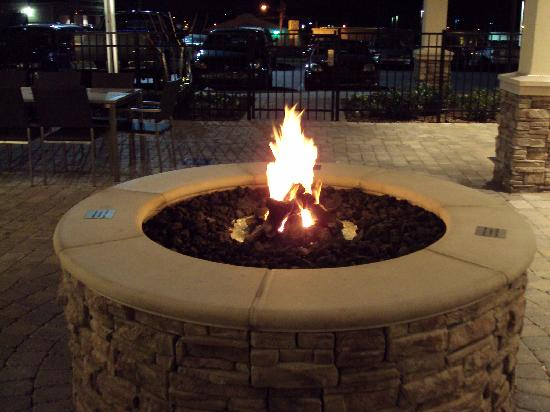 Residence Inn Chattanooga Near Hamilton Place: Fire pit at night