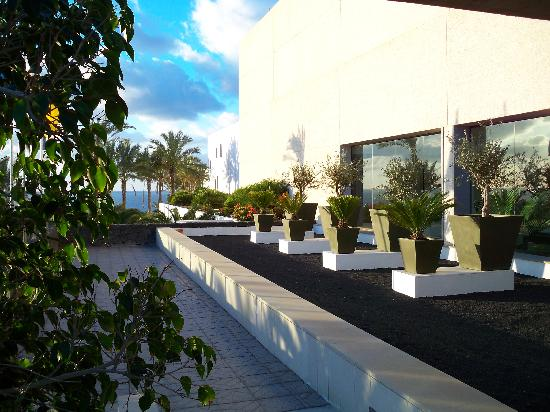 Hotel Costa Calero: Morning view of hotel front.