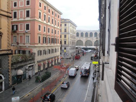 Champagne Garden Hotel: pas loin du Termini, on le voit de notre fenêtre