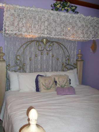 Whispering Pines Bed and Breakfast: Lavender & Lace suite