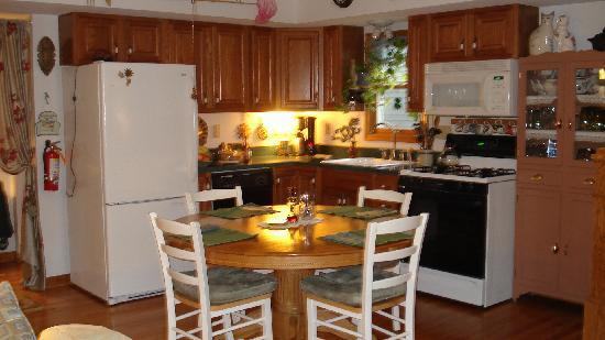 Elves Manor Guest House : Kitchen and dining area