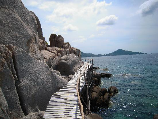 Nangyuan Island Dive Resort: Walkway - almost all the way around