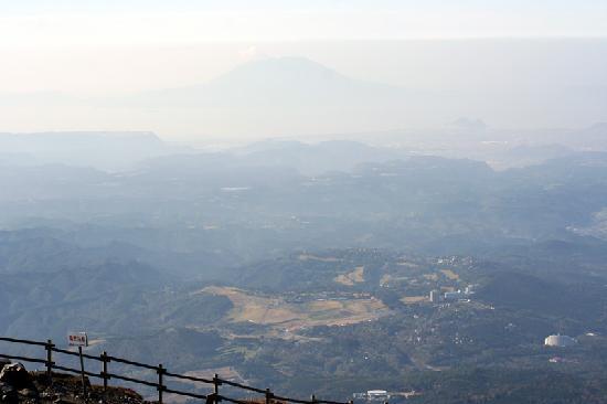Takachiho Ridge: 高千穂山頂から桜島を見る
