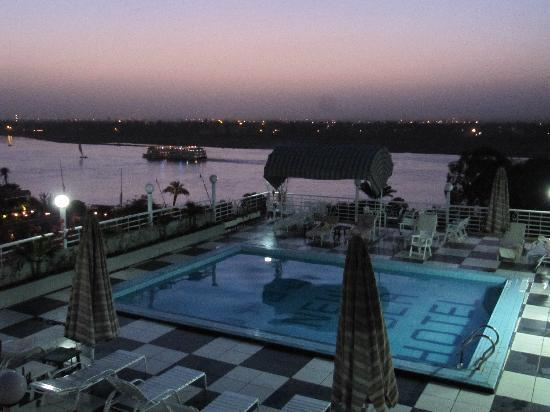 New Pola Hotel Luxor: Roof Terasse and Pool at night