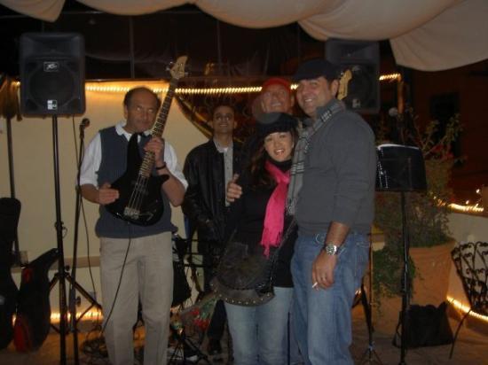Casalinda Hotel Boutique: con el trio - los tuvimos cantando toda la noche las canciones que nos gustan...
