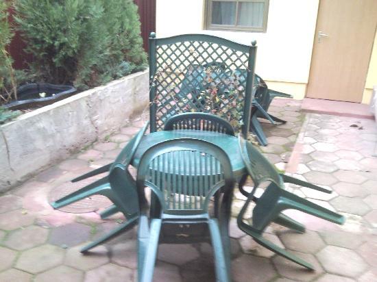 Deja Vu: seats outside