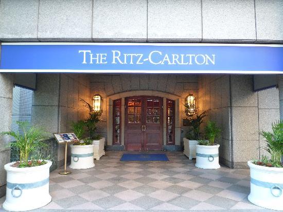 The Ritz-Carlton, Osaka: ホテル前にて