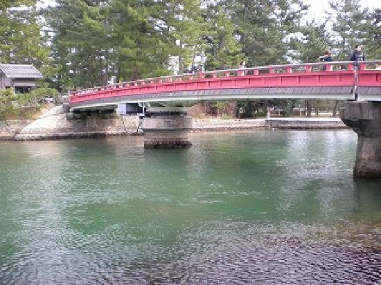 Miyazu, Japan: 天の橋立の通じる橋なのですが、なんと!!船が通過できるように回転するのです!!