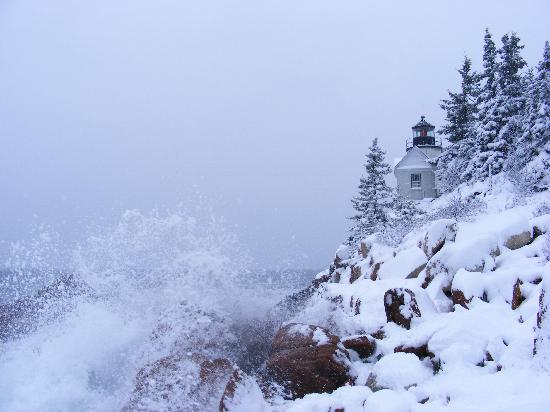 Southwest Harbor, Мэн: Bass Harbor Lighthouse - Snow Covered with Crashing Waves