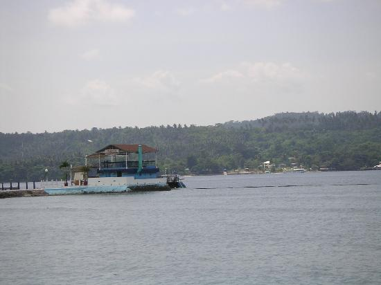 Waterfront Insular Hotel Davao: 向かいに見えるサマ-ル島へはこの桟橋から