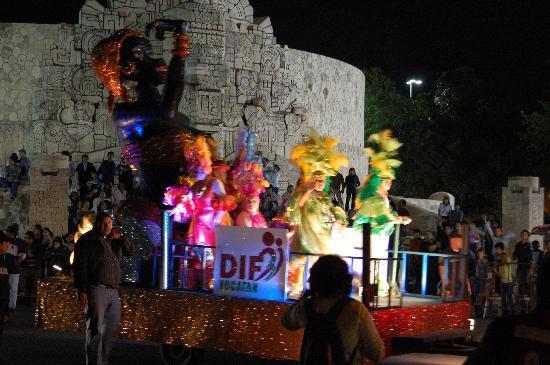 Casa de las Columnas: Parade in Merida
