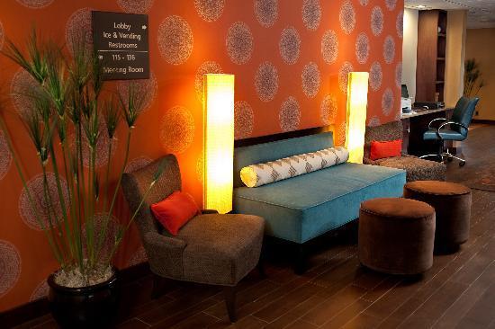 Hampton Inn Meriden - Wallingford : Lobby and Business Center