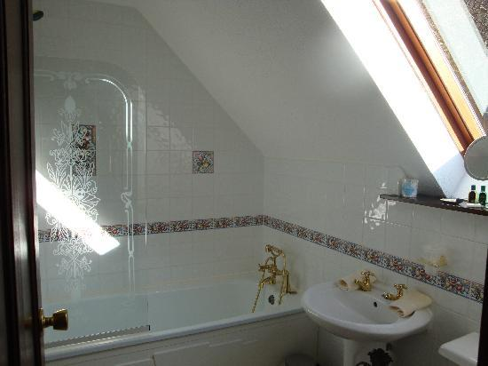 Burnbrae Bed and Breakfast: The very clean bathroom, with a fairly quick filling bath