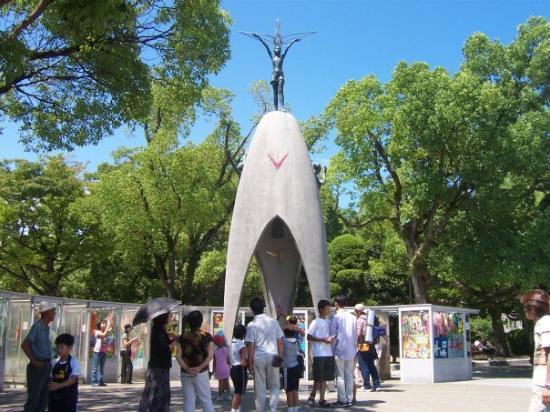 هيروشيما, اليابان: In memory of the extraordinary 12 year old Japanese girl, Sadako, suffering from cancer from the