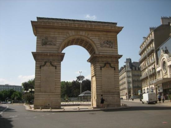 Digione, Francia: A Triumphant Arch in Dijon