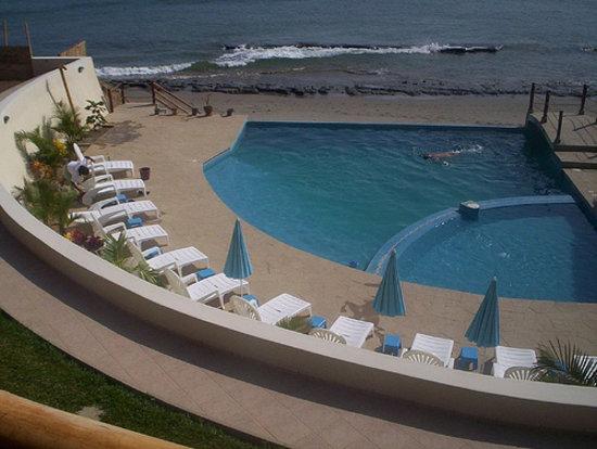 Sausalito Beach: piscina y mar
